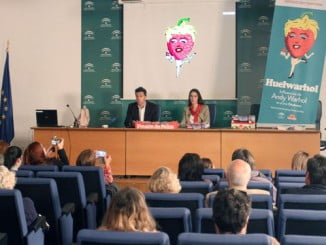 En director del Museo Provincial. Guisande y la comisaria de la exposición Huelwarhol, Jennifer Rodríguez durante la presentación