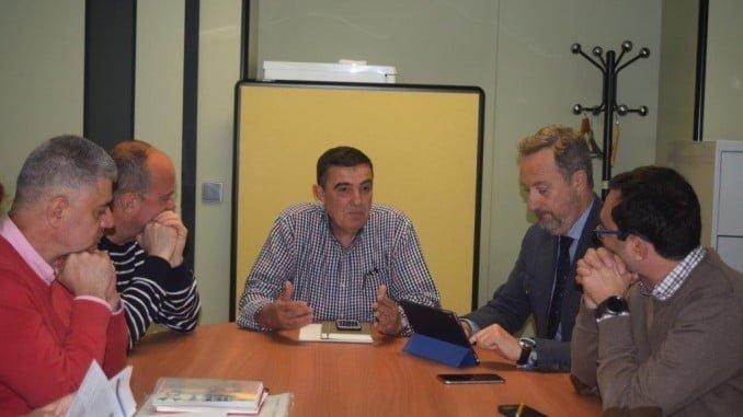 Reunión de la Junta y el Ayuntamiento, que adecuará el IES Alto Conquero