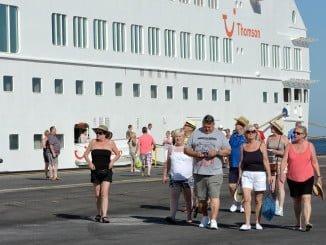 Turistas extranjeros desembarcando en el Puerto de Huelva