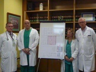 El jefe de servicio de la Unidad de Cuidados Intensivos junto a otros responsables sanitarios
