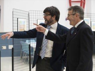Andrés Espuelas, junto al rector de la Onubense, mostrando su obra
