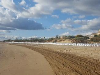 IU tacha de aberración la colocación de los sacos de contención en Isla Canela