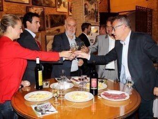 El alcalde de Bollullos brinda con bodegeros de la localidad