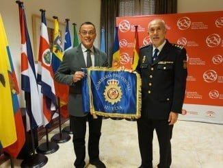 Caraballo ha entregado la enseña al comisario jefe del Cuerpo Nacional de Policía en Huelva