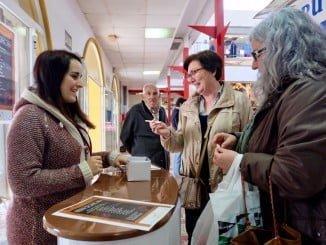 Todo el que compre algún producto del mar en el Mercado de San Sebastián hoy tendrá un regalo