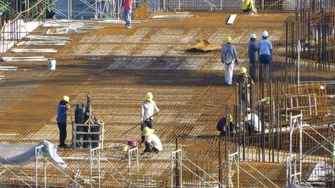 La construcción presenta el mayor descenso del coste laboral total, especialmente del salario ordinario