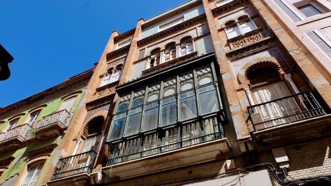 La fachada del inmueble, obra del arquitecto Francisco Monís, es de estilo regionalista-neomudéjar