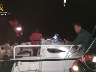 Momento en el que se procede al rescate de la embarcación por parte de la Guardia Civil