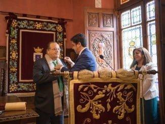 Florencio Aguilera recibió la Medalla de oro de la Ciudada de Ayamonte de manos de su alcalde