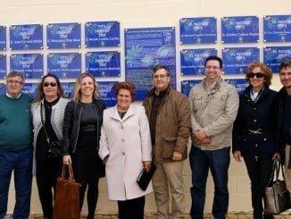 La alcaldesa con parte de su equipo de Gobierno junto a las placas del Horacio Noguera, final de la Ruta