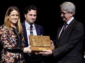 Los hijos de Enrique Pérez Viguera reciben el galardón, ante la imposibilidad del ex-delegado de acudir personalmente