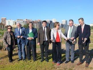Adelaida de la Calle, junto a otras autoridades, en los terrenos donde se construirá el colegio