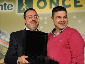 El vendedor onubense de la ONCE, Marcos Gómez, recoge su galardón