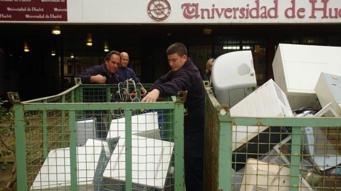 En los campus se irán instalando contenedores específicos para depositar los equipos dados de baja previamente