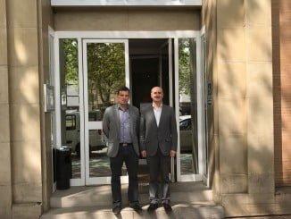 El alcalde de Lepe a las puertas de Endesa en Sevilla
