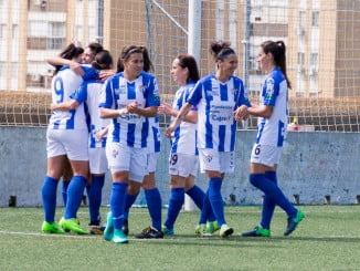 Alegría del equipo de Huelva tras el gol de Gabi