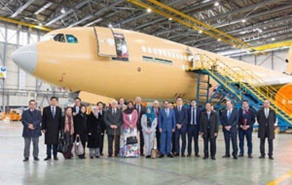 Los 10 representantes diplomáticos y sus anfitriones visitaron  las instalaciones de Airbus en Getafe,