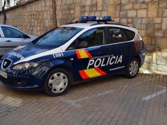 Uno de los detenidos es una mujer, que agredió a un agente y rompió el cristal del vehículo de Policía