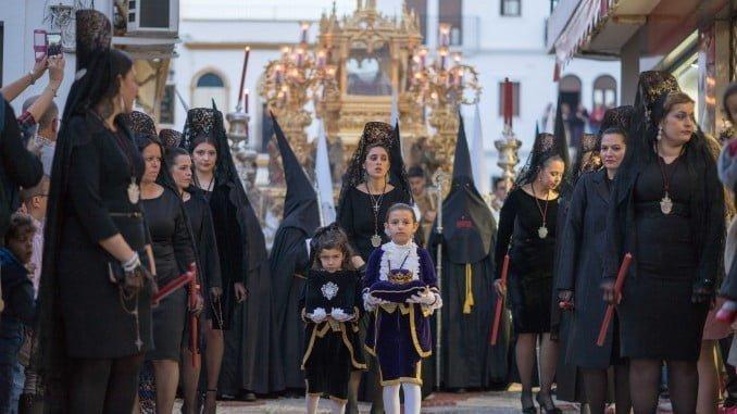 Uno de los dos pasos del Santo Entierro que procesionan por las calles de Ayamonte la tarde noche del Viernes Santo.