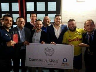 El representante de 'Érase una vez', Juan Fernández, recibió de manos de los propietarios de dichos establecimientos y de los artistas participantes el cheque de 1.000€