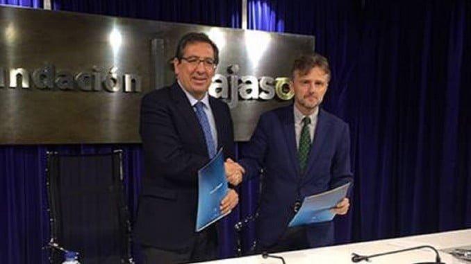 El consejero del Medio Ambiente firma con el presidente de Cajasol el acuerdo para el Congreso del Cambio Climático.