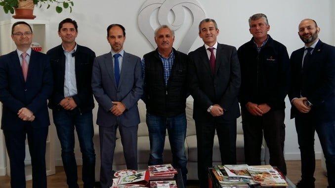 Directivos de Cuna de Platero y de Caja Rural del Sur, tras la firma de la operación financiera de inversión.