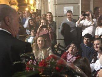 El presidente del Consejo de Hermandades y Cofradias, Antonio González, se acercó hasta el palco ocupado por la Fundación Laberinto para dedicarle la levantá de Pasión.