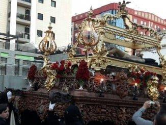 La imagen con la urna del Santo Entierro que este año llevaba como capataz una mujer, la primera de la Semana Santa de Huelva.
