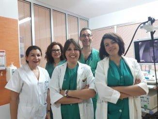 El personal de la Unidad de Aparato Digestivo junto a la nueva adquisición del SAS