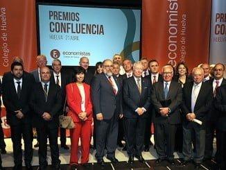 Foto de familia de los colegiados que recibieron medalla junto a José Luis García Palacios, Manuel Lagares y representantes del Colegio de Economistas de Huelva y España.