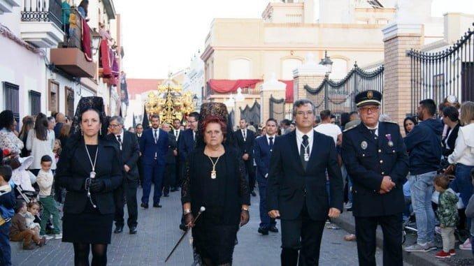La alcaldesa, en el centro junto a la segunda teniente de alcalde, el primer teniente de alcalde y el jefe de la Policia Local en la Procesión de Viernes Santo en Isla Cristina.