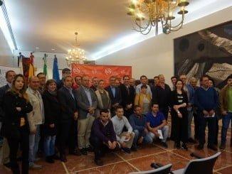 El presidente de la Diputación, Ignacio Caraballo, posa con los  beneficiarios de las ayudas
