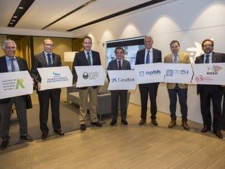 El director de CaixaBank en Andalucía Occidental junto a representantes del CETH
