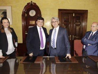 El alcalde Gabriel Cruz junto al presidente de Aiqbe, José Antonio Agüera, tras la firma del convenio