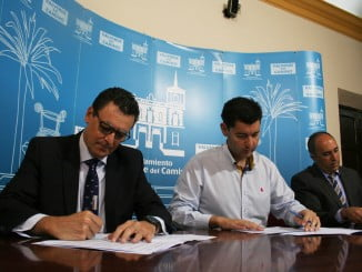 El alcalde y el director de distribución de Endesa en Andalucía Occidental en la firma del convenio