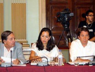 María Martín junto a Enrique Figueroa y Ruperto Gallardo en un pleno del Ayuntamiento de Huelva