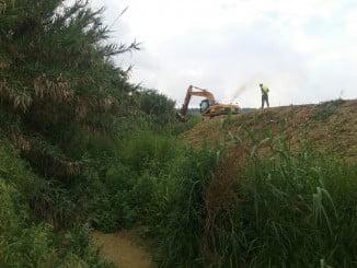 Trabajos de desbroce con una excabadora en el arroyo del Horcajo