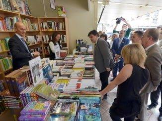 Gabriel Cruz ha inaugurado esta mañana la Feria del Libro, que permanecerá hasta el 30 de este mes en la plaza de Las Monjas