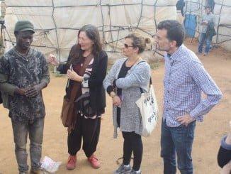 Antonio Maíllo ha visitado el asentamiento chabolista de Lepe