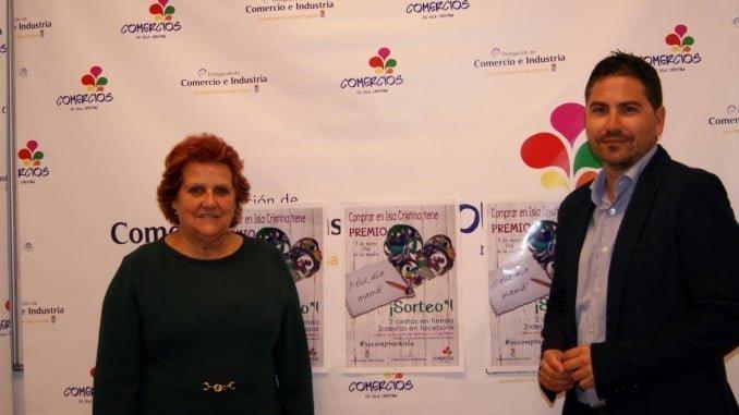 La alcaldesa Antonia Grao y el concejal de Comercio, Carlos Guarch, junto al cartel de la campaña