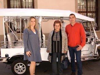 La alcaldesa de Isla y la concejala de Turismo, junto al empresario y el primero de los tuk-tuk que recorrerá la localidad isleña