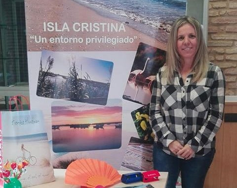 La Segunda Teniente de Alcalde y concejala de Turismo isleña, Montserrat Márquez muestra el materia que se promocionará en esta feria