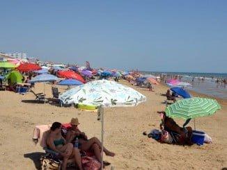 La excelente climatología durante Semana Santa ha dado un aspecto veraniego a las playas onubenses