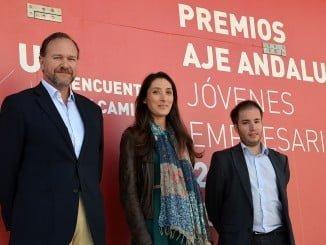 Los presidentes de AJE Andalucía y de Huelva junto al presidente de la FOE en la presentación de los premios