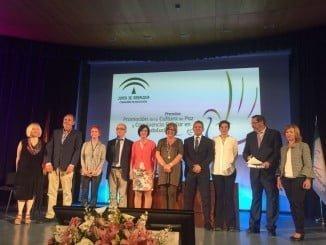 La consejera de Educación junto con todos los premiados en un acto celebrado en Huelva