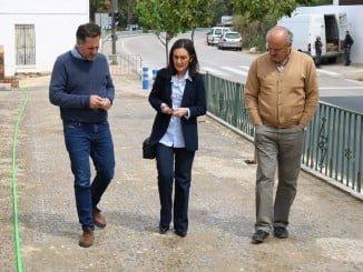 La subdelegada, acompañada del alcalde de Almonaster, visita las obras del Pfea