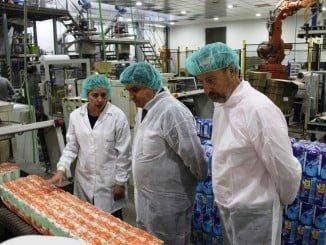El alcalde ha visitado la empresa onubense, referente nacional en la explotación de la sal