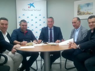 Firma del acuerdo entre Caixabank y CECA-Huelva