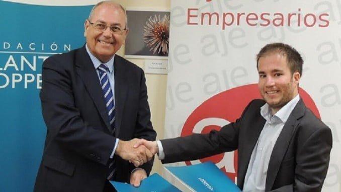 El presidente de la Fundación Atlantic Copper, Antonio de la Vega, y el presidente de esa Asociación en Huelva, Miguel Borrero, estrechan sus manos tras la rúbrica del acuerdo