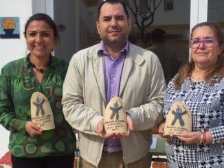 El presidente de la Mancomunidad Campiña- Andévalo, José Domingo Doblado Vera, ha hecho entrega esta mañana a la presidenta del Club Onubense de Deportes Adaptados (CODA), Beatriz Ferrera, de los trofeos